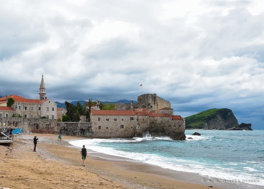 Image depicting the city walls of Budva right at the edge of the water