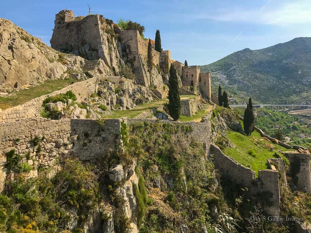 Image depicting Klis Fortress perched up on a hill