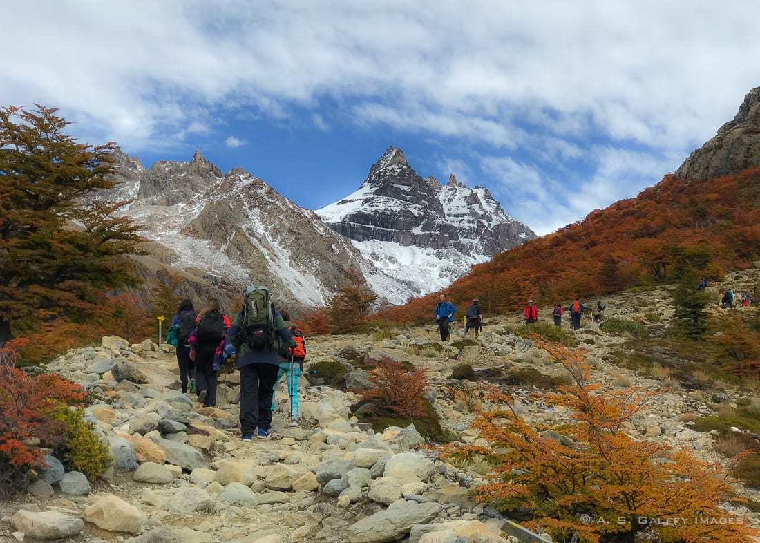 Hikers to Laguna de Los Tres