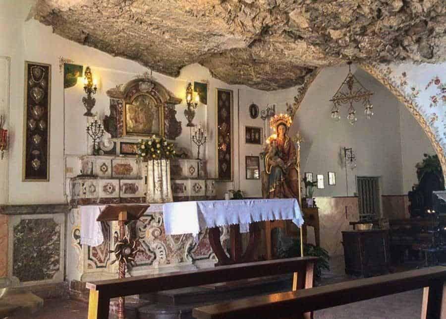 Чем заняться в Таормине: посетить Храм Мадонны делла Рокка