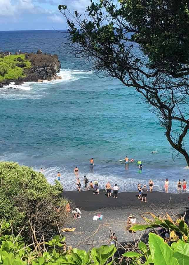 Black sand beach: beautiful pictures of Hawaii