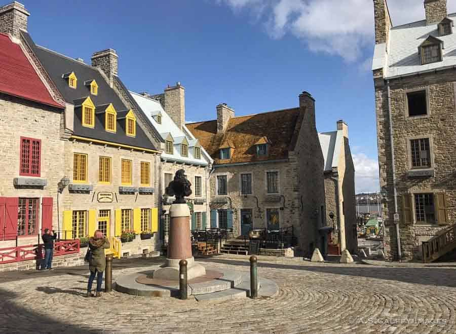 Guide to Québec City - square in lower town
