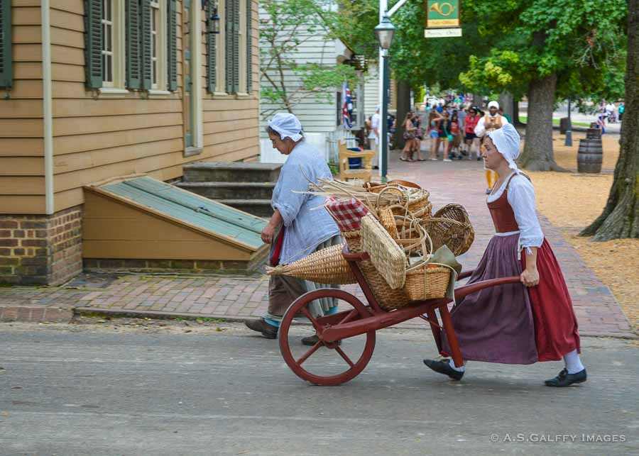People dressed in colonial attire in Colonial Williamsburg