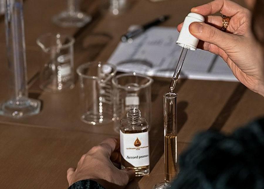 creating your own perfume as a souvenir from Paris